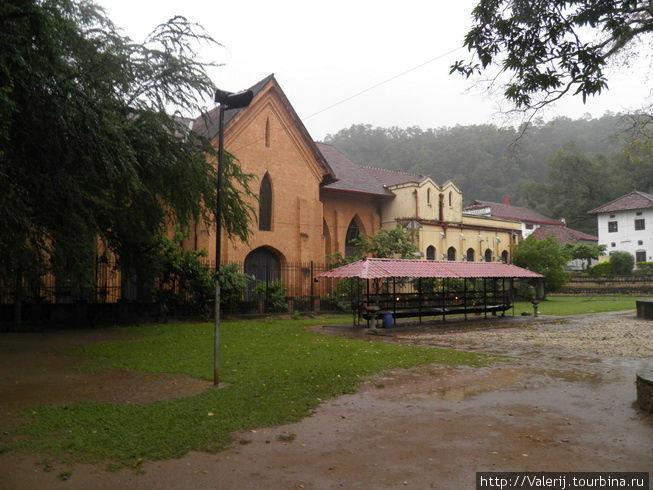 Англосакской церкви, тоже, нашлось место на территории комплекса