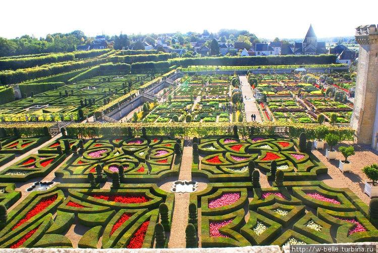 Вид на сады со стен замка.