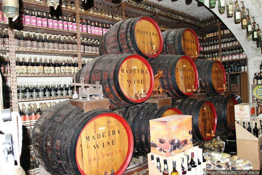 Магазин сувениров и винный погреб.