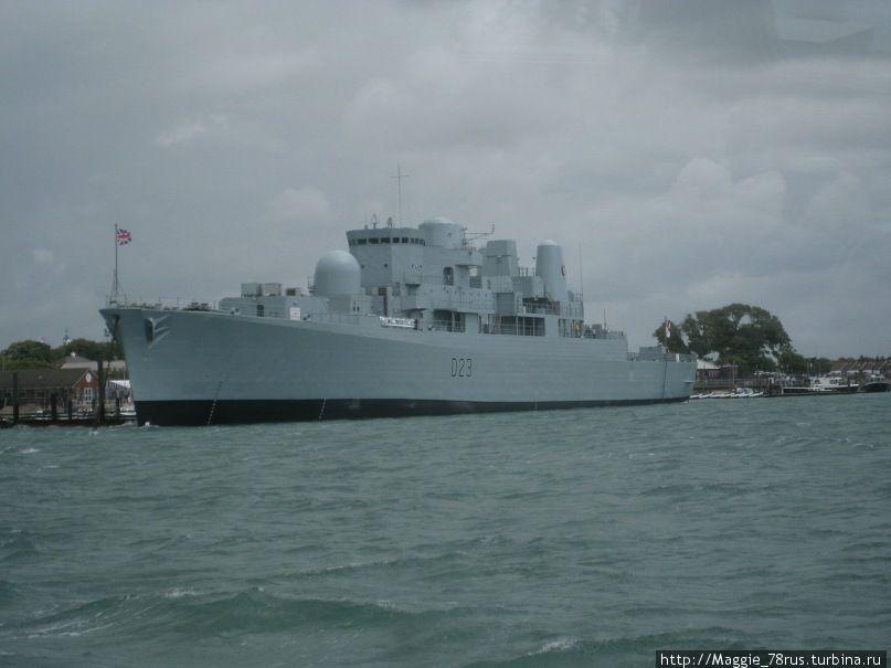 Современный военный корабль