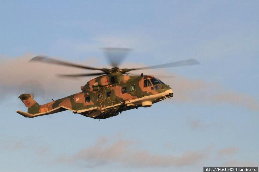 На пути из Порту Санту на Мадейру на пароме. Подлетает вертолет НАТО.