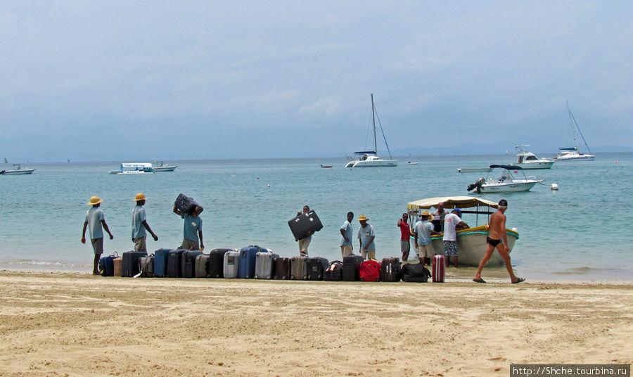 так доставляется багаж прибывающих с Мадагаскара по воде