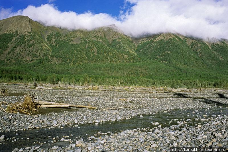 Долина Сунтара. Облака легли на горы. Погода испортится.
