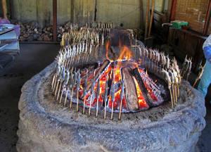 Традиционный способ приготовления айю на открытом огне