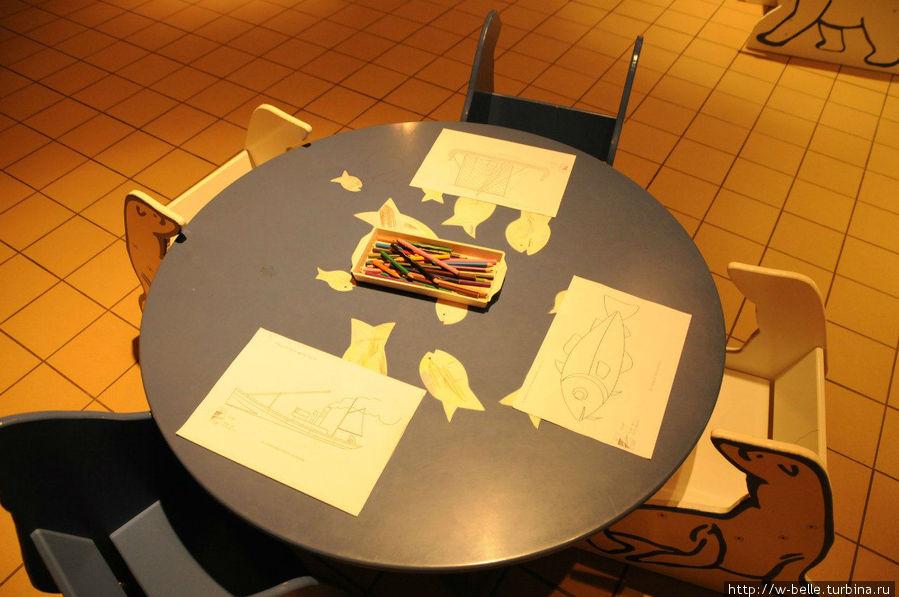 Детский уголок в музее, где детки могут нарисовать то, что им понравилось больше всего.