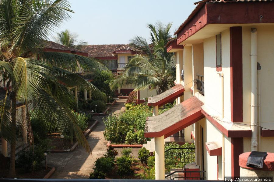 Вид из окна нашего отеля (там несколько идентичный корпусов)