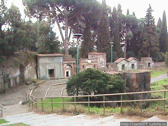 Погребальные монументы кладбища Порты Ночера.