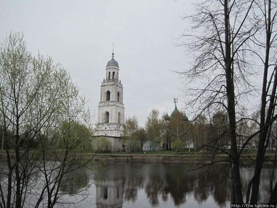 Вид на центр с соборной колокольней и речку Пертомку — такую красоту мы видим прямо от порога гостиницы