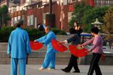 Разбиение на стили, предпочитающие ведения боя на дальней дистанции — «чанцюань» (长拳), и стили, предпочитающие ведение боя на короткой дистанции — «дуаньда» (短打). В эту схему не укладываются многочисленные стили, в которых бой ведут как на длинной, так и на короткой дистанции.