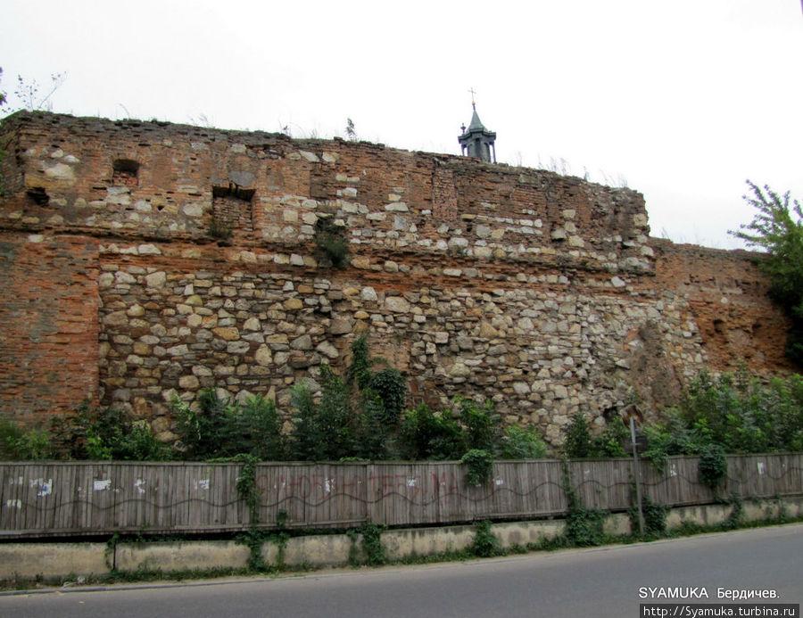 Стена монастыря-крепости.
