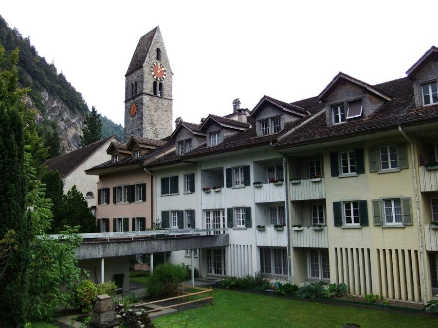 Городская ратуша и церковь весьма скромны по архитектуре