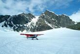 В это время приземлился ещё один самолёт, забирать скалолазов...