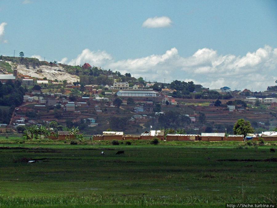 На этом холме и за ним практически центр города