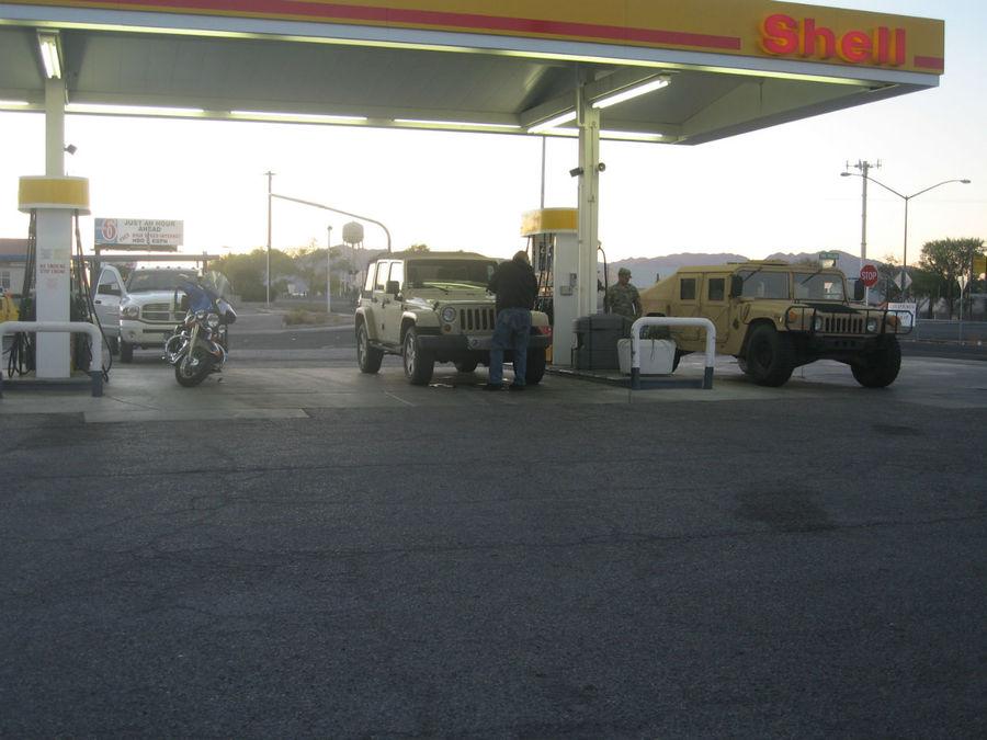 По дороге из Долины смерти в Лас-Вегас можно встретить военные автомобили, заправляющиеся на обычных заправках.