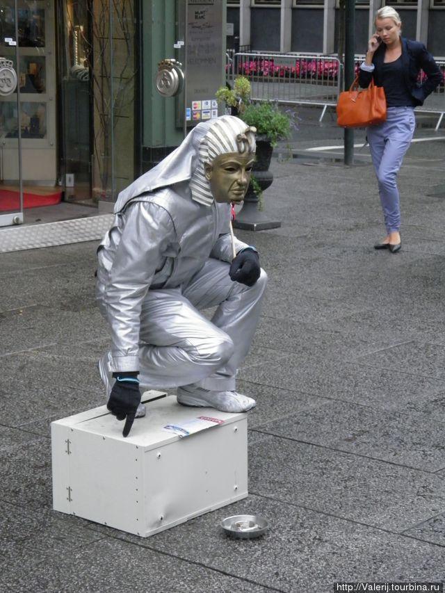 Живые фигуры на пешеходной улице Осло.