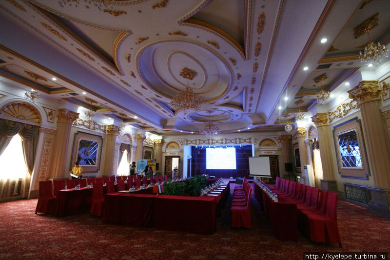 Конференц-зал напоминает какое-то помещение в Кремле.