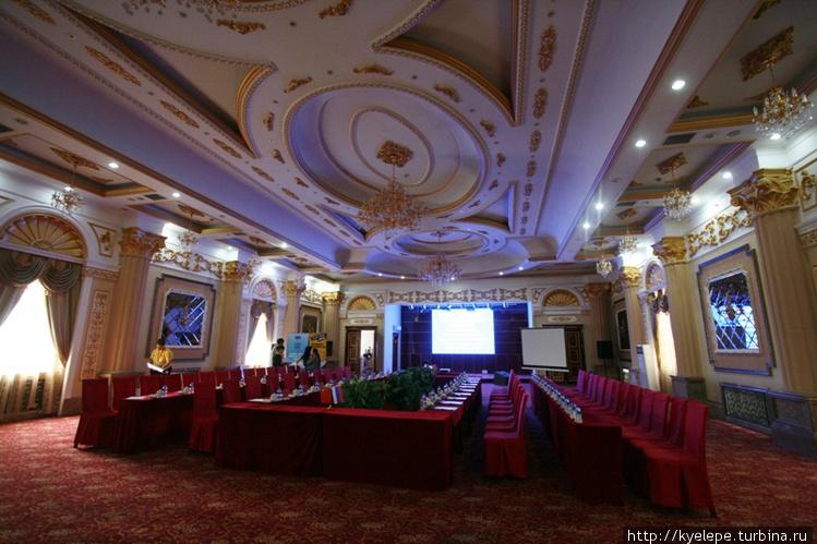 Конференц-зал напоминает