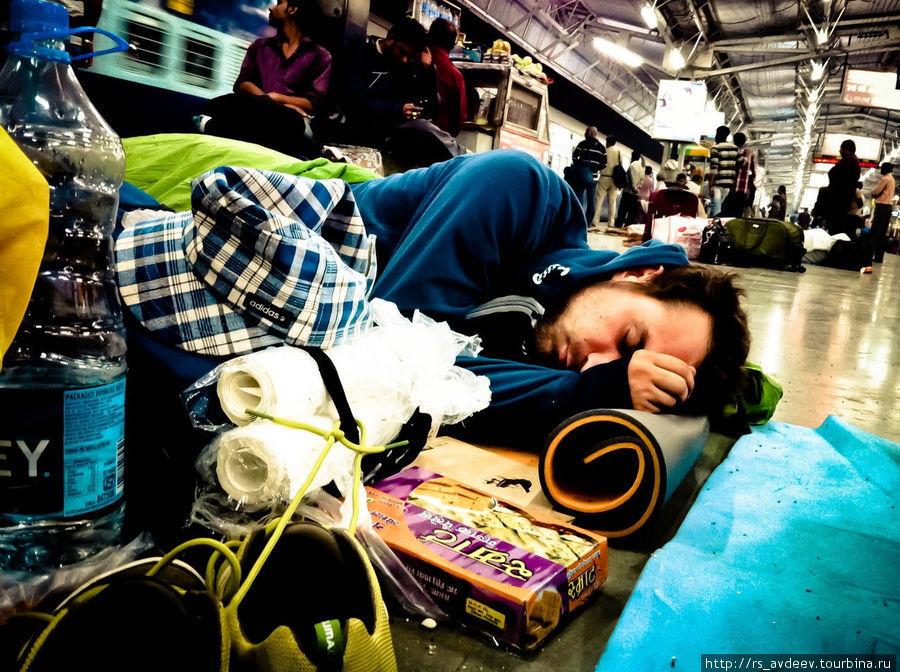 Т.к. мы приехали в Агру в 11 часов вечера, мы не рискнули уходить далеко от вокзала и решили заночевать прямо там.