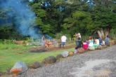 Ханги (hangi) — традиционное маорийское. В выкапанную яму кладут раскаленные камни, после чего размещают туда еду, накрывают все это тряпками, засыпают землей и ждут 4 часа.  В Папуа-Новой Гвинее аналогичный способ приготовления еды называется