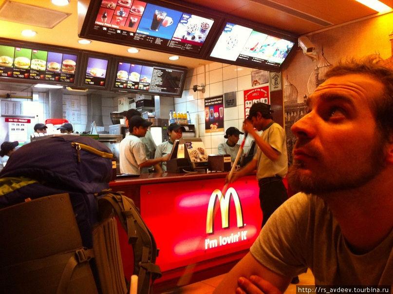 Нашли таки индийский мак!) И съели бургер под названием — Махараджи Мак!!)