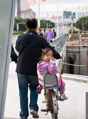 Удивленный ребенок в велосипедном кресле