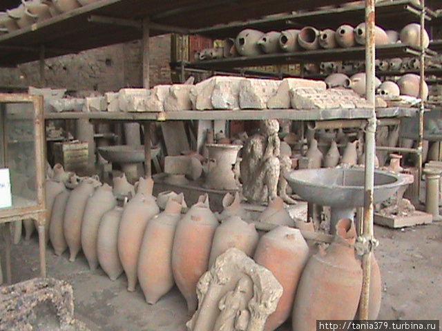 Бывшие зернохранилища,сегодня — склад для археологических находок.