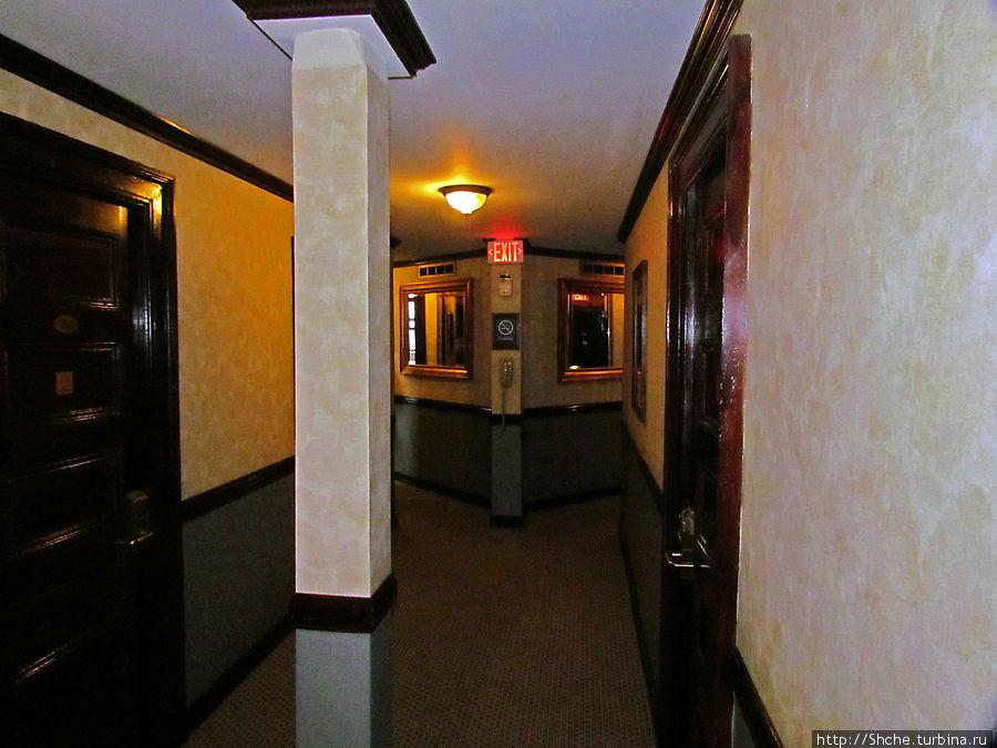 в конце коридора два узла с душем и туалетом. Но хватает, очередей не было