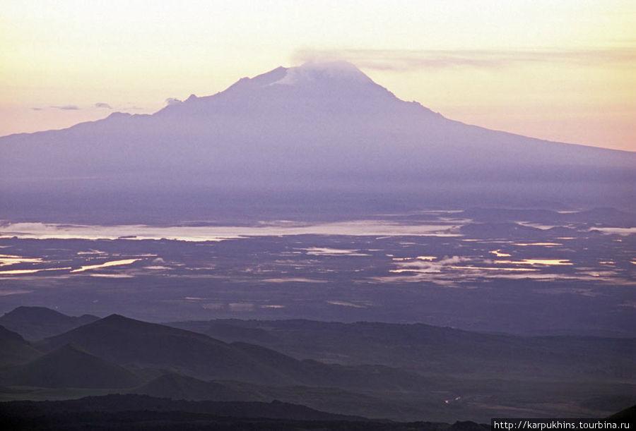Вид на Шивелуч со склонов Ключевского вулкана. Внизу долина реки Камчатки.