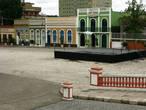 Мне представляются богатые португальские донны, сидящие у этих окон или прогуливающиеся по площади...