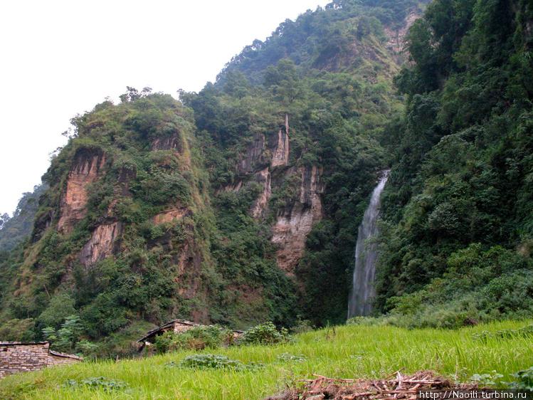 Водопад в окресных скалах