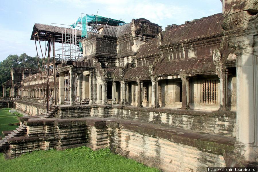 Внешняя стена западного фасада Ангкор-вата