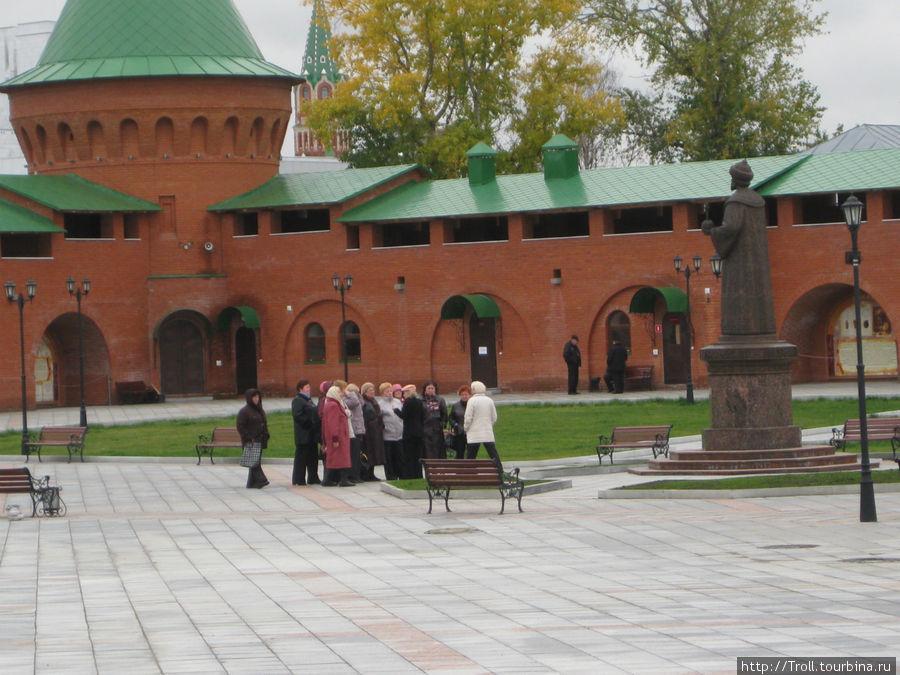 Экскурсия по городу перед памятником Федору Иоанновичу в кремле