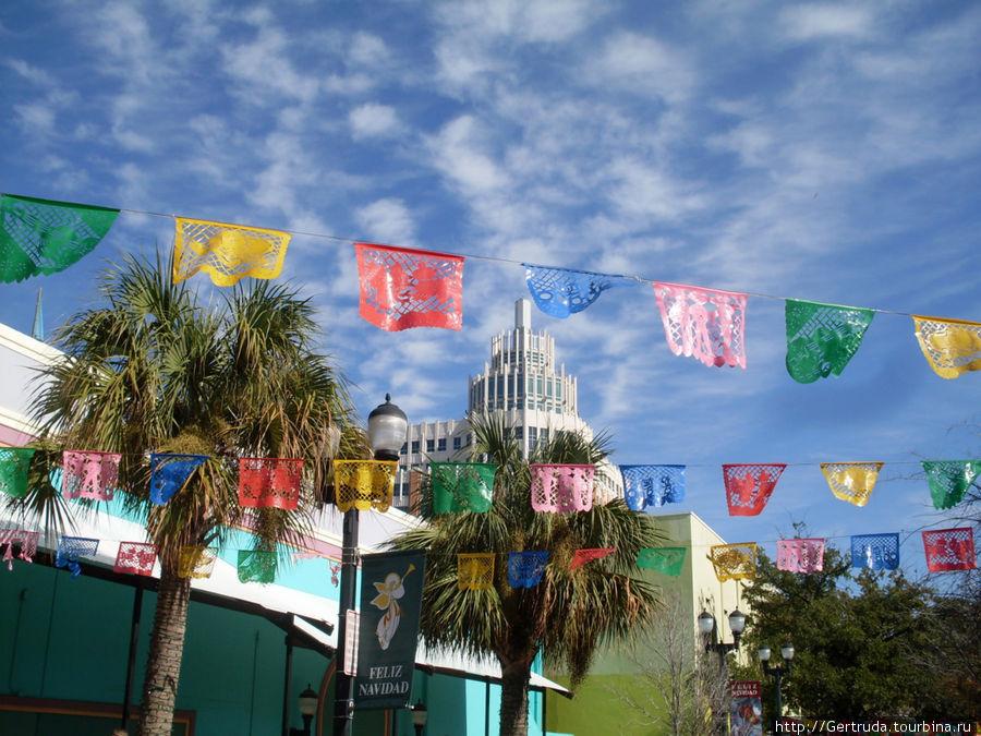 Площадь украшена флажками всегда.