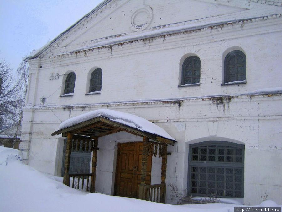 Видимо, одна из бывших церковных построек