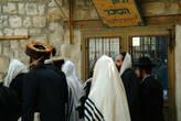 Суббота... Все идут в синагогу