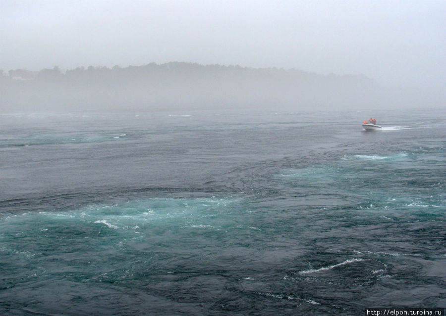 Экскурсионные моторные лодки проплывают по спокойной линии воды в середине между бурлящими водоворотами.