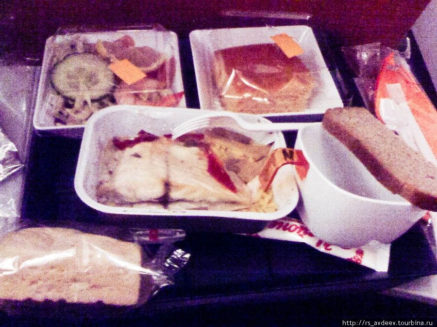Покормили, на моё удивление, достаточно вкусно. Никогда раньше мне не нравилась еда в самолетах, но сегодня я покушал с удовольствием. В меню был рис с рыбой, салат с креветками и сладкая булочка на десерт. Еда или действительно была такой вкусной, или я очень проголодался за сегодняшний день :)