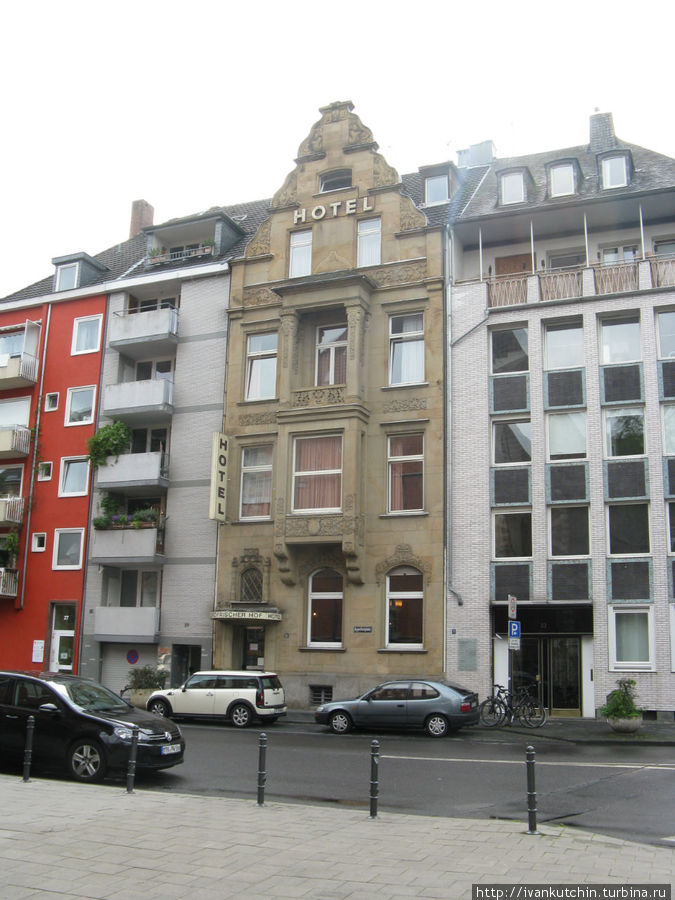 Фасад отеля как-бы зажат среди других домов. Комнаты расположены с видом на внутренний двор.