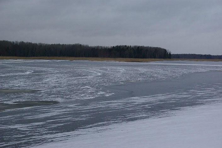 Черниговский пруд, покрытый льдом.