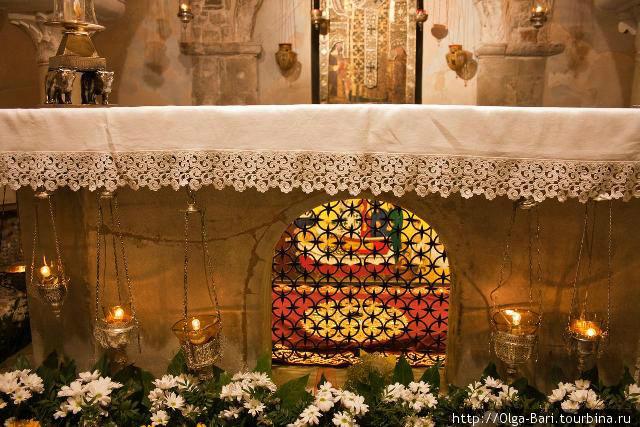 Место преклонения католических и православных паломникоы — мироточащие мощи Св. Николая Чудотворца.