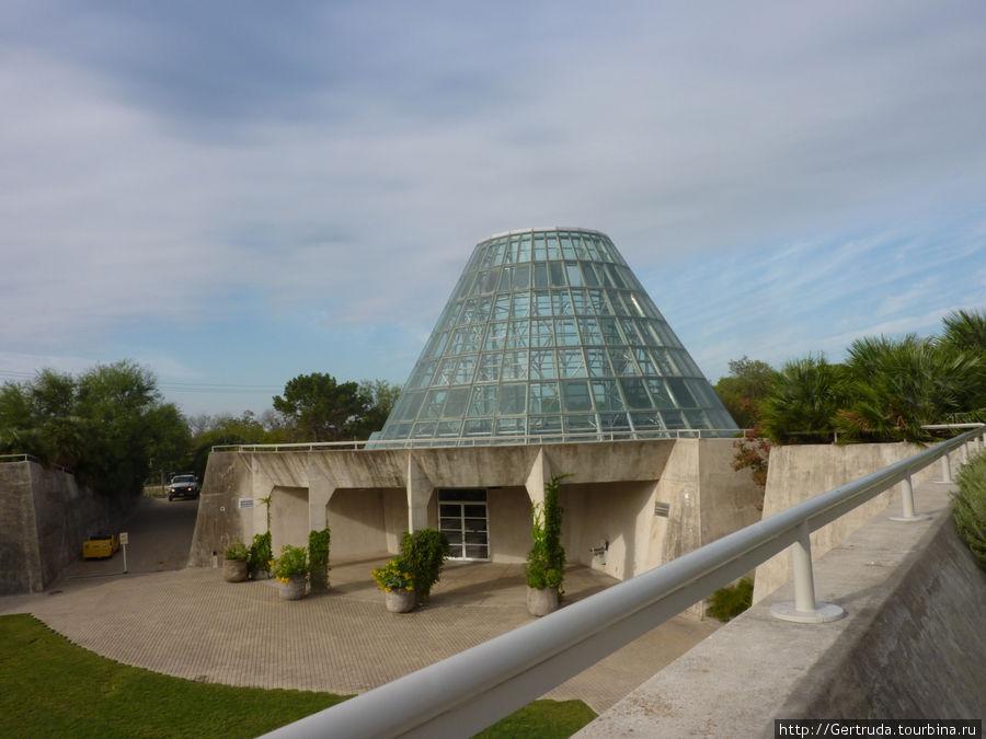 Выставочный зал тоже в виде стеклянной пирамиды