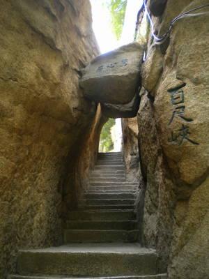 Ступени вверх и скалы с йероглифами