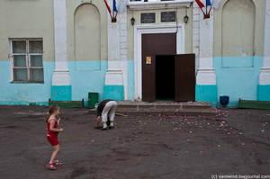 Дети и пенсионеры собирают мелочь, раскиданную при выходе новобрачных из дверей ЗАГСа.