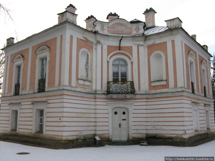 Дворец представляет собой в плане квадрат с одним срезанным углом