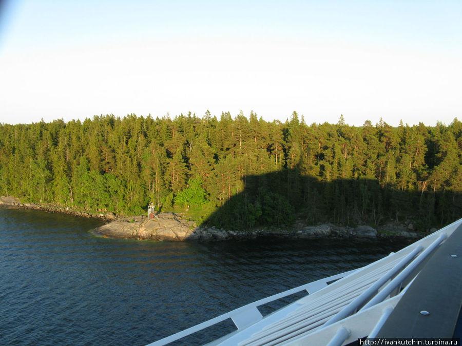 Гигантская тень от судна не помещается в проливе