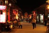Вечером в Пиньяо везде загораются красные фонарики