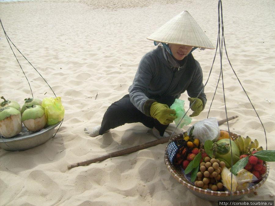 если пляжная разносчица фруктов остановилась у твоего лежака, то местный полицейский уже тут как тут!
