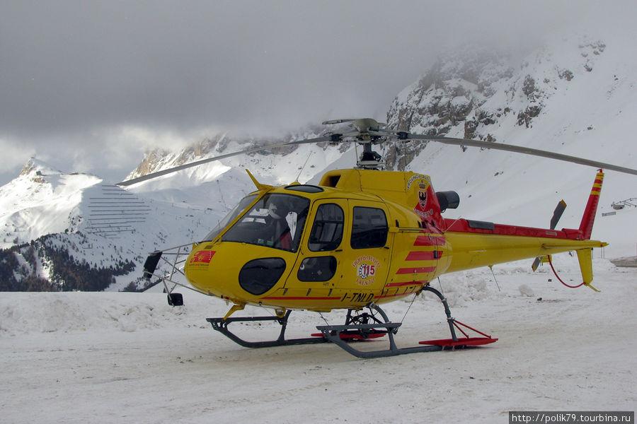Вертолеты дежурят на Passo Podroi. Если кто поломается на склоне — сразу в больницу.