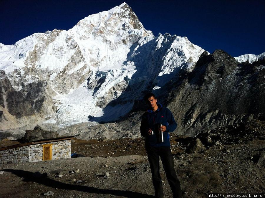 На улице возле отеля, окна выходят прямо на Эверест. Той ночью мы спали на высоте 5 000 м.