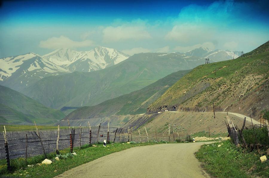 ..то появятся на горизонте белоснежные шапки-ушанки далеких гор.. Хыналыг, Азербайджан